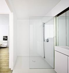 Small Minimal Apartment Design in White | Modern Design   Γιάννη κοιτα την κουζίνα κ τον αποθηκευτικο χώρο <3