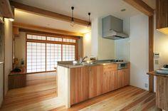 以漆喰和無垢木打造的「現代版日本家屋」。 由連合設計社市谷建築事務所規劃設計的這個家屋,有著傳統日本建築的外觀,二階閣樓的外部陽台更是深具和風意識的空間,強調家本来的「品質」、「価値」、以及「生活局面」,這樣的作品才是可以傳承下去的住宅。  via 連合設計社市谷建築事務所