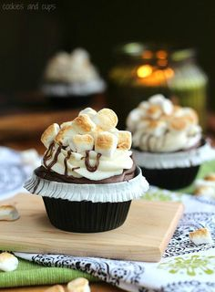 S'mores Cupcakes ~ Cookies and Cups