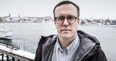 """Andreas Cervenka, prisad ekonomireporter på Svenska Dagbladet, avslöjar bankernas fusk och räntetrixande i """"Vad gör en bank?"""" Raincoat, Culture, Rain Gear, Rain Jacket"""