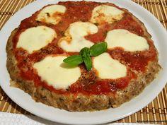 Condire la superficie come se fosse una pizza con il pomodoro insaporito con un pizzico di sale, pepe, un cucchiaio e mezzo di olio, e un cucchiaino di origano e il basilico lavato in precedenza e tagliuzzato