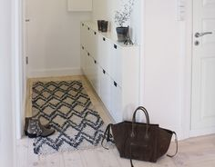 Ikea schoenenkastje. Ook leuk met een houten plankje er boven.