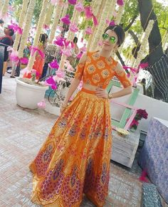 Want to look traditional but classy? Find latest Banarasi Lehenga Designs for weddings. Best Banarasi Lehengas of 2020 you cannot afford to miss. Indian Party Wear, Indian Wedding Outfits, Indian Outfits, Indian Wear, Wedding Dresses, Banarasi Lehenga, Indian Lehenga, Floral Lehenga, Lengha Choli