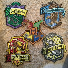 Slytherin, Gryffindor, Hufflepuff, et Ravenclaw Hama Beads Perler Bead Designs, Hama Beads Design, Diy Perler Beads, Pearler Bead Patterns, Perler Bead Art, Perler Patterns, Quilt Patterns, Hamma Beads 3d, Peler Beads