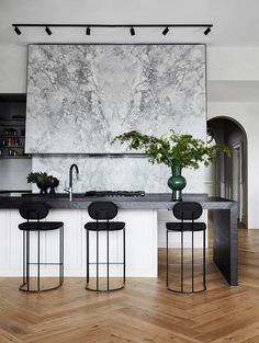 Home Decor Pictures Wow! A super sized range hood of our dreams! This stunning Super White Dolomite is absolutely breathtaking and truly is the hero in this Modern Kitchen Design, Interior Design Kitchen, Interior Ideas, Home Decor Kitchen, Home Kitchens, Black Kitchens, Home Luxury, Stone Kitchen, Cheap Home Decor