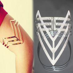 Un pour chaque bras, parce que rien ne crie: ''je suis un badass mage drow'' comme des bracelets de formes géométrique en métal.