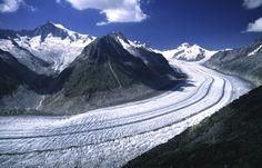 Il Grande Ghiacciaio dell'Aletsch è il più imponente fiume di ghiaccio delle Alpi, copre oltre 120 chilometri quadri di superficie in Svizzera, nei cantoni Berna e Vallese.