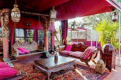 Ideais para espaços pequenos, além de dar amplidão ao ambiente, as cores alegres são característica do estilo indiano. Vem ver 22 imagens na decoração!