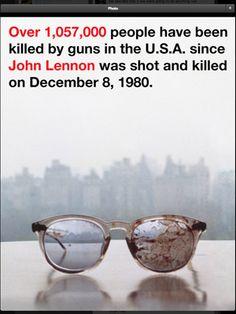 [シネマトゥデイ芸能ニュース] 元ザ・ビートルズのジョン・レノンさんの妻として知られるオノ・ヨーコが、ジョンさんが射殺された際に着用していた眼鏡の画像をツイッターに投稿し、改めて銃規制の必要性を訴えている。   ヨーコは、ジョンさんとの44回目の結婚記念日となる20日、「ジョン・レノンが殺された1980年12月8日から、アメリカ国内では105万7,000人以上が銃によって命を落としています」というメッセージを投稿。続けて、「愛する人を亡くすというのは、打ちのめされるような経験です。33年がたった今も、わたしと息子のショーンは彼を恋しく思っています」とツイートし、銃規制の必要性を訴えた。   また、ヨーコはアルバム「シーズン・オブ・グラス」のジャケットにも使用された、ひびが入り、血のついたレノンさんの眼鏡が置かれている画像に上記の「ジョン・レノンが殺された1980年12月8日から~」という...