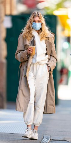Leave it to a supermodel to wear her Adidas sneakers and white sweatsuit with a Burberry trench coat. While our grocery runs don't look nearly as good as Elsa Hosk's, her simple but chic look is giving us a reason to maybe try. Street Style Outfits, Look Street Style, Street Style Trends, Spring Street Style, Mode Outfits, Street Styles, Sneakers Street Style, Casual Street Style, Fashion 2020