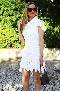 Novo Look do dia/Outfit: vestido branco de renda e pumps/escarpins. Inspiração para uma ocasião especial ou mais casual. Dicas de Moda da Consultora de Imagem/Personal Stylist Cláudia Nascimento no Blog de Moda Style Statement. Fashion. Trends. Tendencias. White Lace Dress. Louis Vuitton. Chanel.