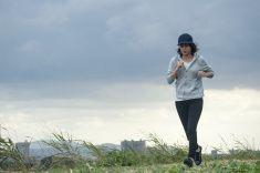 若い女性ジョギングで、曇りの日 stock photo