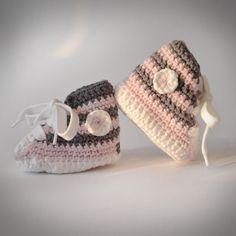 Baby Tschax gehäkelt in rosa/grau von rheinstück. Nachhaltig mit Liebe gemachte Babyschuhe!