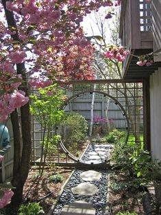Lovely chinese garden gate: In its traditional form, the moon gate is a round opening in a wall. Even when the wall is transparent, the moon gate provides an opening and a connection between two worlds. Small Japanese Garden, Japanese Garden Design, Small Garden Design, Japanese Gardens, Asian Garden, Chinese Garden, Cat Garden, Asian Landscape, Landscape Design
