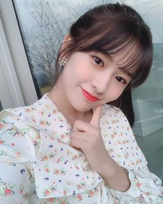 Sit still look pretty 💖 . Sit Still Look Pretty, How To Look Pretty, Yu Jin, Japanese Girl Group, Bts And Exo, Jeon Somi, Kim Min, Popular Music, The Wiz