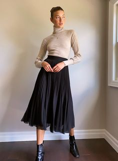 Black Pleated Skirt Outfit, A Line Skirt Outfits, Midi Skirt Outfit, Winter Skirt Outfit, Skirt Pleated, Chiffon Skirt, Black Skirts, Midi Skirts, Long Skirts