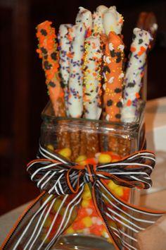 Halloween Pretzel Rods chocolate halloween pretzels halloween food halloween party favors halloween party ideas in 2019 Essen Halloween Party, Halloween Sweets, Halloween Chocolate, Halloween Party Favors, Theme Halloween, Halloween Goodies, Halloween Birthday, Halloween Ideas, Halloween Stuff