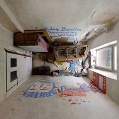 Menno Aden nous fait voir le monde de  haut grâce à sa dernière série de photographies intitulée Room Portraits ! C'est en effet sous des angles improbables et quelque déiste que Menno capte des intérieurs du sol au plafond ce qui procure une sensation étrangement inhabituelle. Attirant ainsi, les spectateurs au plus profond de ses clichés !