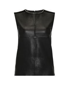 Ley leren top met jersey achterpand van Maje. Een eenvoudig silhouet, uitgevoerd in een gewaagde materiaalkeuze, iets wat typerend is voor het luxe Franse merk. Deze zwarte top is aan de voorzijde vervaardigd uit leer, terwijl de jersey achterzijde zorgt voor optimaal draagcomfort. Het mouwloze model is afgewerkt met een blinde ritssluiting aan de achterzijde, zilverkleurige studs en ponyhaar op de schouderpartij.<br /><br />Laat dit item reinigen door een leerspecialist.