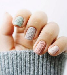 Une manucure sweater nails pastel
