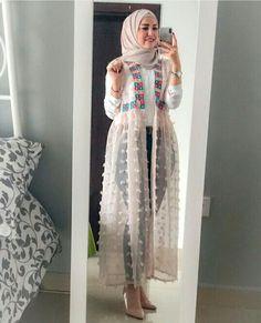 Open dress with jeans hijab style Tesettür Jean Modelleri 2020 Islamic Fashion, Muslim Fashion, Modest Fashion, Fashion Dresses, Modern Hijab Fashion, Retro Fashion, Casual Hijab Outfit, Hijab Chic, Hijab Dress