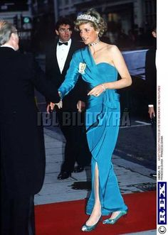 Diana Princess of Wales gown She looks emaciated here. This must of been taken during her eating disorder years. Princess Diana Fashion, Princess Diana Pictures, Royal Princess, Princess Of Wales, Princesa Real, Diana Williams, Princes Diana, Royal Clothing, Princess Margaret