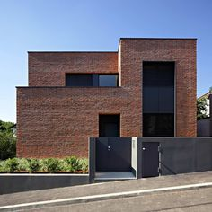 House facade design modern architecture bricks Ideas for 2019 Modern Brick House, Modern Family House, Modern House Design, Red Brick Exteriors, Brick Facade, Facade House, Brick Wall, Brick Cladding, Casas Containers