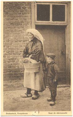 Boerin in klederdracht en met mand en naast haar een kind #Brabant