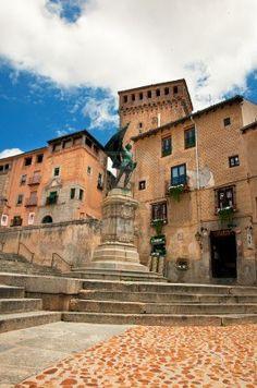 El casco antiguo  en Segovia estatua de Juan Bravo  España
