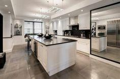 moderne küche gestaltungsideen schwarz weiß küchenmöbel großer spiegel
