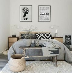 idée comment décorer une chambre scandinave en noir, gris et blanc, tapis blanc, deco murale, meuble scandinave en bois, bout de lit bois brut