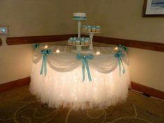 Mesa dulce decorada con luces