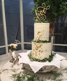 ケーキトッパー【Love/EYM】をご使用していただいたお客様のお写真♡金箔とリーフがシンプルでおしゃれなウェディングケーキにEYMのケーキトッパーが華やかさをプラスしていて素敵なケーキですね♡ありがとうございました! Unique Wedding Cakes, Beautiful Wedding Cakes, Cake Pedestal, Wedding Cake Inspiration, 50th Anniversary, Hana, Big Day, Engagement, Bride