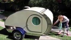 """Är det här världens minsta husvagn? """"Tårdroppe""""-campingvagnarna var populära på 60-talet. Nu har de återigen fått ett uppsving. Kolla in i den supersöta husvagnen i klippet nedan – här finns både säng och kök!"""