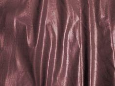 Couro Crocko (Cobre). Couro ecológico com efeito craquelado, similar a pele de crocodilo. Tecido leve e maleável, ideal para peças que exijam certa flexibilidade. Sugestão para confeccionar: Saias, shorts, jaquetas, detalhes em peças, vestidos tubinho, entre outros.