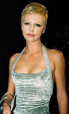 Iconic Celebrity Hairstyle Focus: The Pixie Crop charlize theron kurze haare Undercut Hairstyles, Pixie Hairstyles, Short Hairstyles For Women, Cropped Hairstyles, Short Pixie Haircuts, Pixie Crop, Celebrity Short Hair, Celebrity Hairstyles, Charlize Theron Short Hair