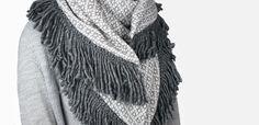 Zo gemaakt: een heerlijke omslagdoek van tricot en wollen franjeband. Kijk voor gratis werkbeschrijving op CraftKitchen.nl.