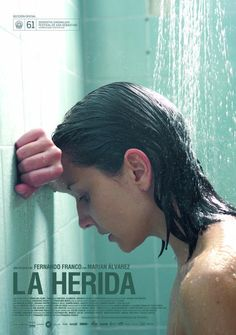 """DVD CINE 2281 - La herida (2013) España. Dir: Fernando Franco. Enfermidade. Sinopse: Ana é unha muller de 28 anos que sente útil e satisfeita no seu traballo rutineiro axudando a outros. Con todo, fóra da súa xornada laboral, Ana ten serios problemas para relacionarse, pois é socialmente torpe, mesmo agresiva, coas persoas máis próximas e queridas. Sofre o """"Síndrome borderline"""", pero ela non o sabe.."""