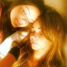 Modern Family co-stars Ariel Winter and Sarah Hyland took a sleepy selfie. Source