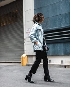 Oversized denim jean jacket in a light wash paired with black cropped jeans and point toe boots. Tomboy Style, Tomboy Fashion, Michael Kors Boots, Handbags Michael Kors, Blue Denim, Black Jeans, Cute Jeans, Cropped Jeans, Wearing Black