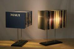 Tafellampen van de Turkse kunstenaar Ragip Erdem, gemaakt van oude boeken.