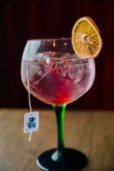 10 drinks com Gin para refrescar os dias quentes - Bar Deko Ideen Gin Tonic, Tonic Drink, Bebida Gin, Bar Drinks, Alcoholic Drinks, Healthy Meals Delivered, Gin Recipes, Sour Cocktail, Gin Fizz