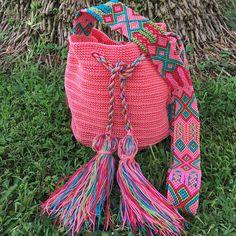 DESCRIPCION Este hermoso Morral tejido a mano por Artesanos Mexicanos en zona Maya, es unico y diseño exclusivo de Otomiartesanal, quien para su creación se ha inspirado en la idea original de la bella bolsa Wayuu de Colombia y Venezuela. El increíble diseño del Tejido de su Asa es representativo de la ancestral y colorida Cultura Artesanal Maya, típico de la zona y es 100% Mexicano Una verdadera joya Mexicana! FOTOS DE LA PAGINA Los Modelos de las fotos son solo Muestras, los colores y m...