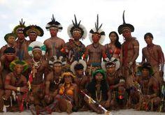 Tupiniquim ou Tupinikim -Grupo indígena que no séc. XV se estendia pela costa da enseada do Camamu ao ES; Tupinaki (Anchieta), Tupinaikin, Touait e Tupiniquim. Do tupi guaranitupinã- qui - o galho do parente tupi, os colaterais do tupi.