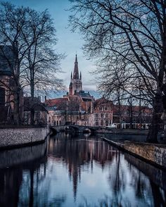 More than a week ago we visited #Bruges (#Belgium) for the second time. 🚙🇧🇪 This time our trip was quite different not only because we were together with our friends, but also there was no Christmas market, which meant much less tourists and we stayed there until the sun came down. 😍❤ This way we got to see Bruges in a completely different way, which we actually enjoyed more than the first time. ☺️✌🏻 We had a chance just to wander around peacefully, without worrying of bumping into…