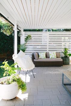A hardwood outdoor screen matches the slatted ceiling over the outdoor area at this modern home in Brisbane Photography Josette Van Zutphen Story homes Bright Homes, Outdoor Rooms, Outdoor Decor, Balcony Decor, Outdoor Blinds, Deck Design, Outdoor Screens, Outdoor Design, Outdoor Entertaining Area