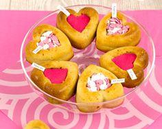 Le gâteau à message c'est l'occasion de lui dire que vous l'aimez de manière gourmande. Découvrez les astuces pour réaliser de délicieux gâteaux à message pour la Saint-Valentin.