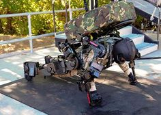 Invenciones. El Ratheon XOS 2 es un exoesqueleto de segunda generación diseñado para el ejército de Estados Unidos. Esta máquina le permite que la persona que lo lleva puesto potencie su fuerza, y transporte equipos pesados con mayor facilidad y en menor tiempo.