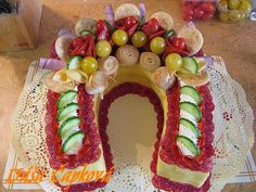 How to - slana torta - podkova. Creative Kitchen, Sandwich Torte, Bread Art, Party Sandwiches, Good Food, Yummy Food, Edible Arrangements, Salty Cake, Food Decoration