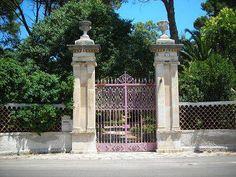 A #Valenzano, in Via Ceglie, è ubicata Villa Squicciarini. La villa fu costruita nel 1890 da Michele Squicciarini su un terreno di proprietà delle monache benedettine. Ma, nel 1848, la sua famiglia riuscì a impossessarsene. Come? Scopritelo qui: http://www.lestraderaccontano.it/component/content/article/10-paesi/valenzano/249-via-ceglie